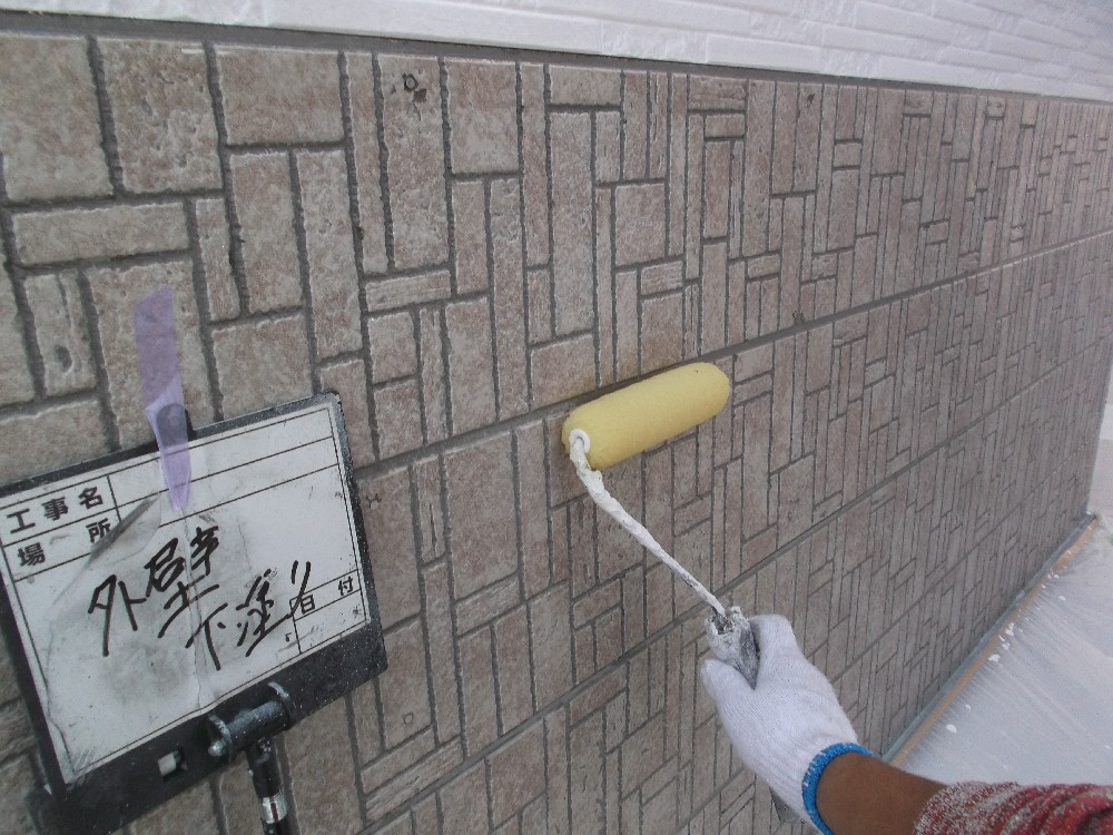 外壁 サイディング 下塗り中。こちらのサイディングには密着に優れた塗料を選択