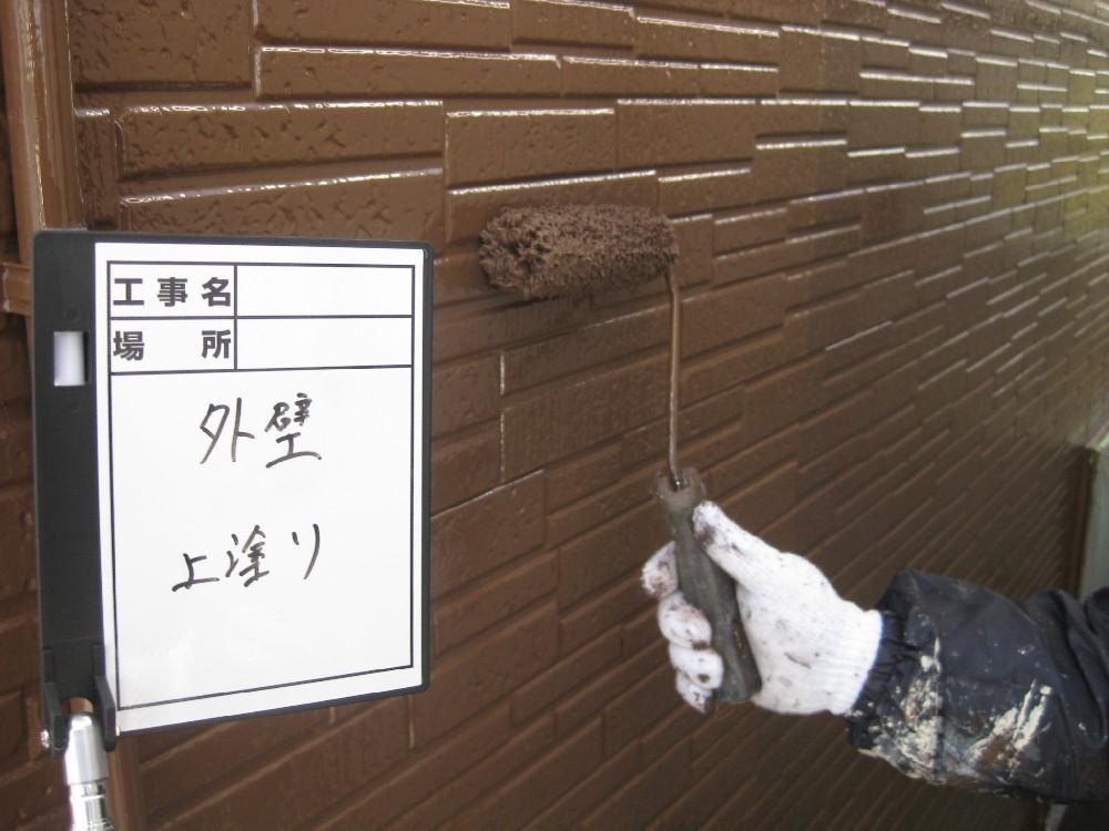 外壁サイディング 上塗り中です。