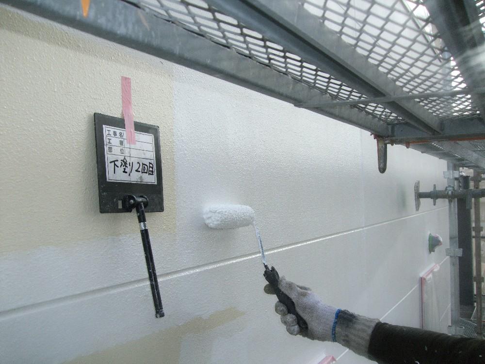 外壁 サイディング 下塗り2回目です。下地の状況に応じて下塗り回数を変更する