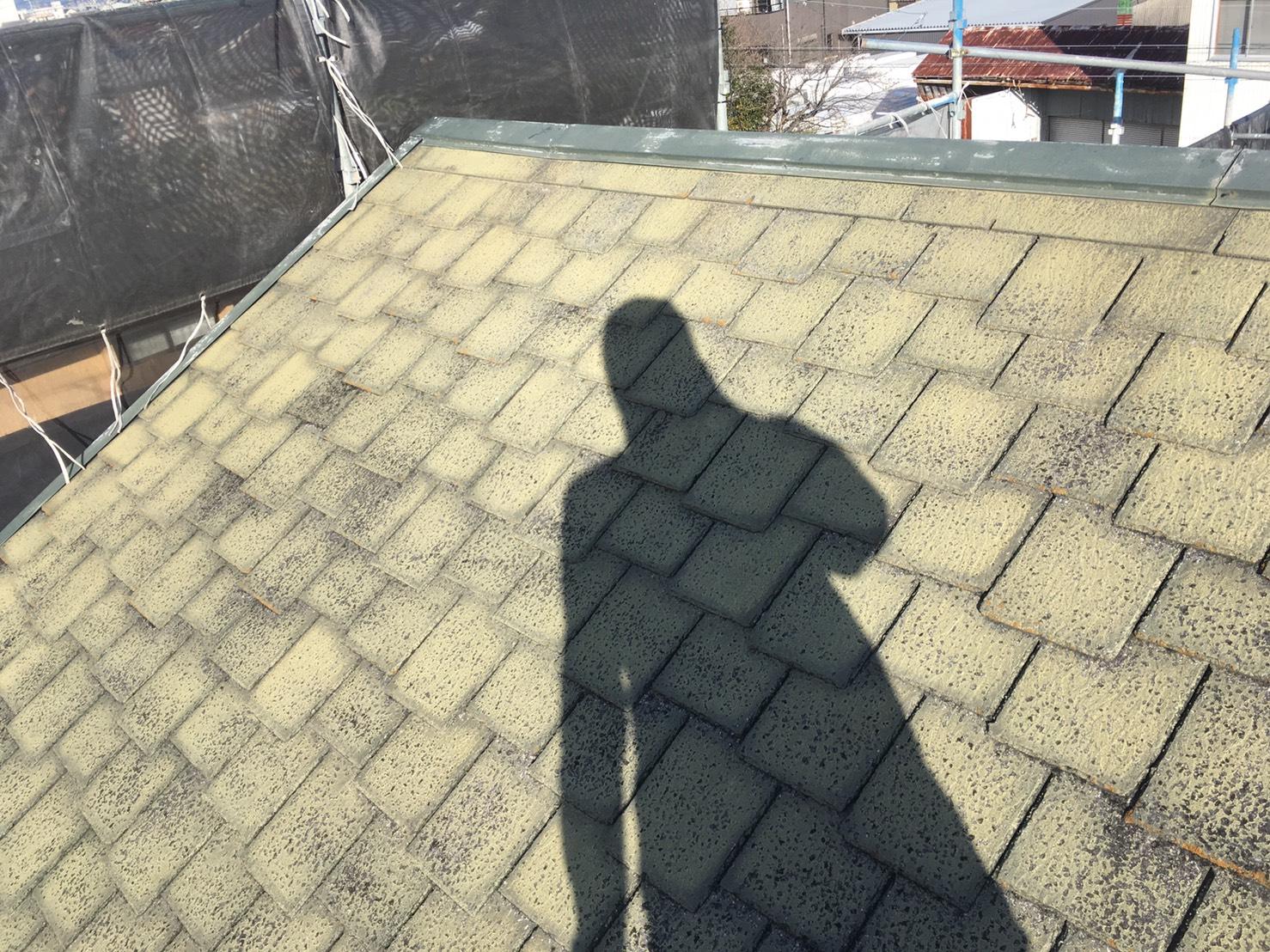 屋根カラーベスト 施工前です。色の抜け・強度ともに劣化が進ん