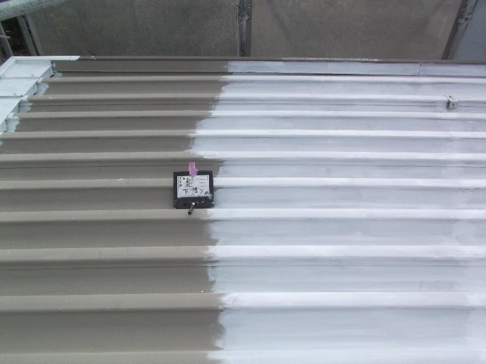 屋根折版 下塗り中です。屋根にはハウスメーカ独自の特殊な加工がしてある為、知