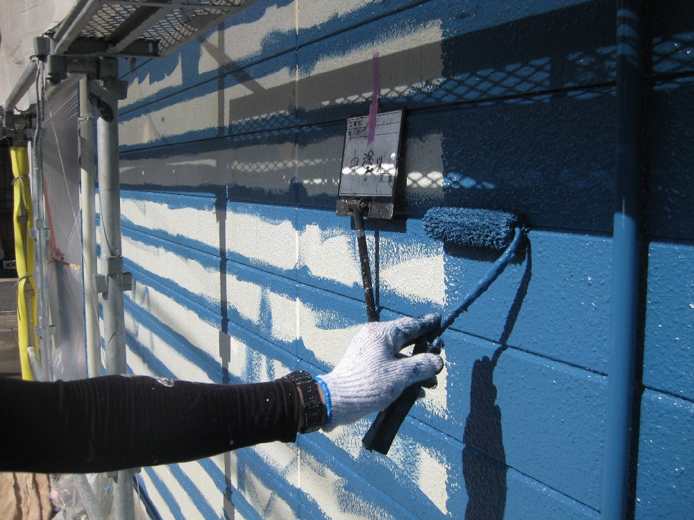 外壁 中塗り中です。ローラーで入らない目地は刷毛塗りです。