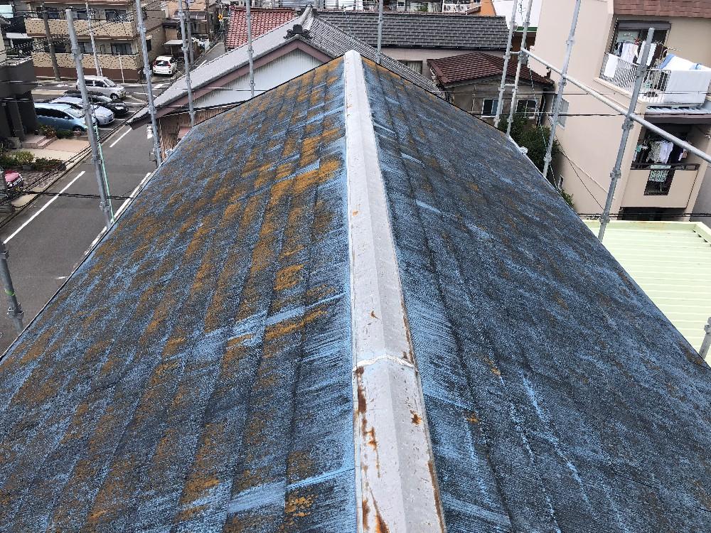屋根 施工前です。コケ、藻、錆汁がついています。 bs