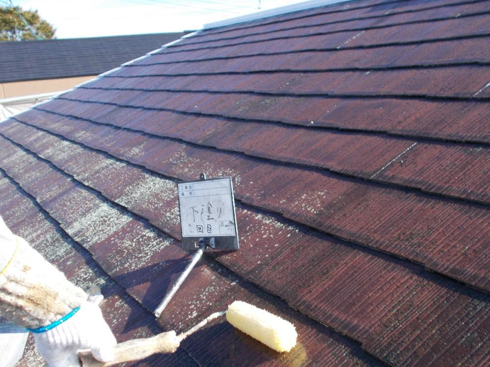 屋根カラーベスト 下塗り2回目中一回では吸い込みが止まらず下