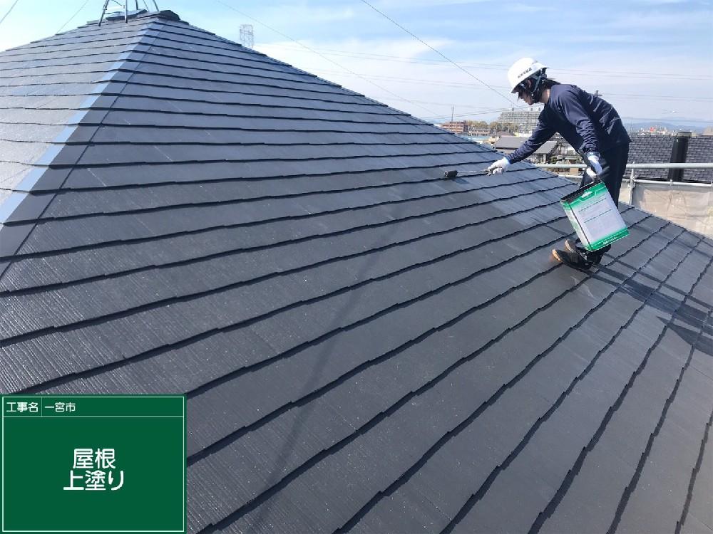 屋根 カラーベスト 上塗り中です。