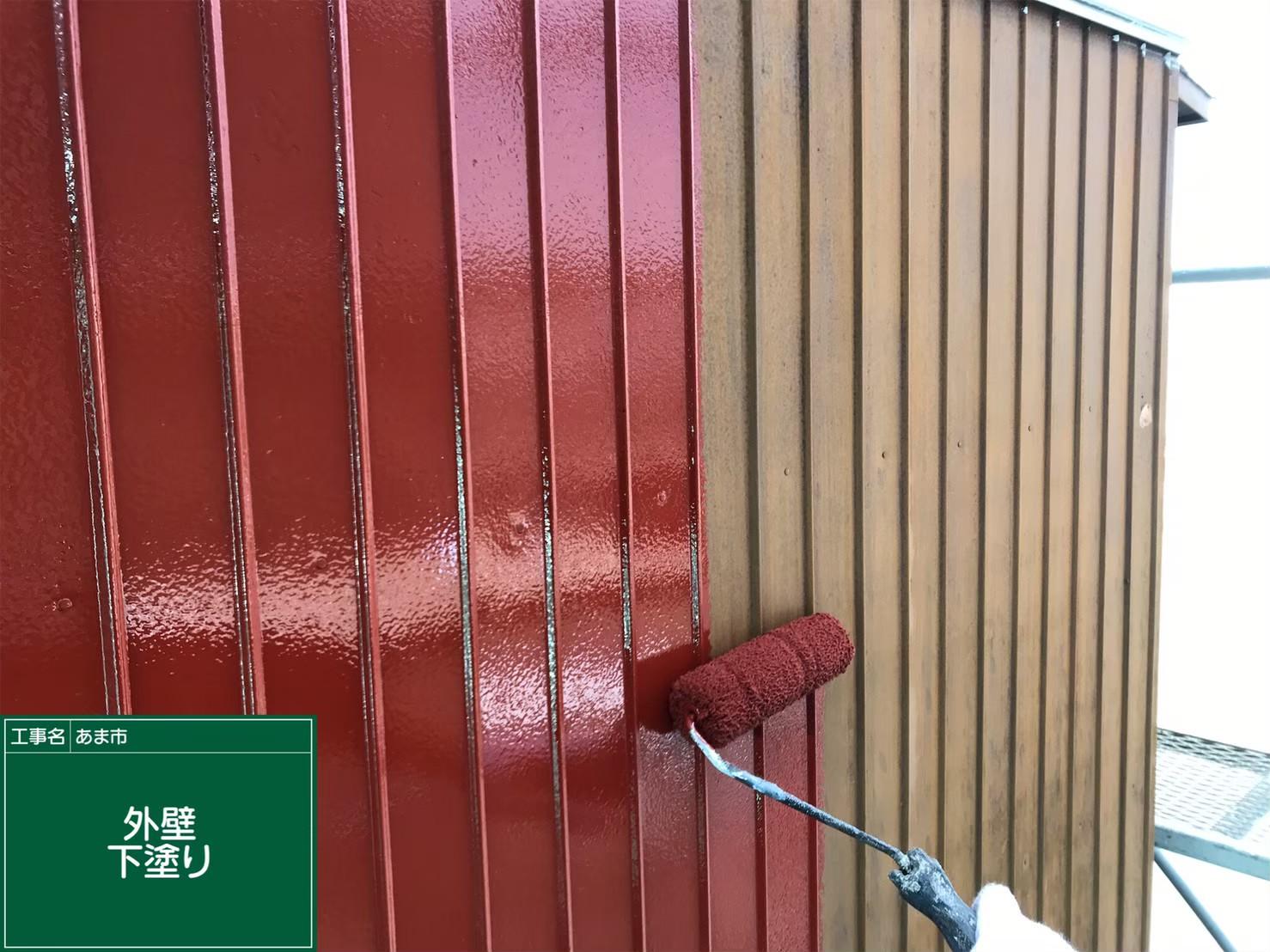 外壁 トタン 下塗り中です。