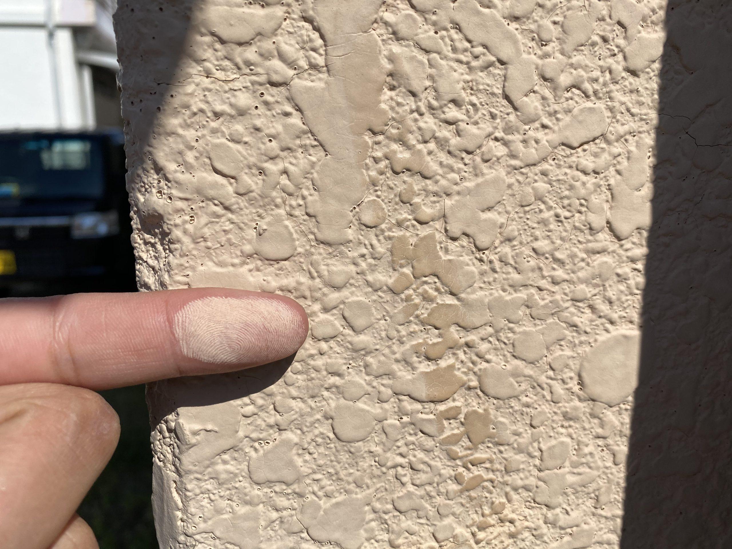 外壁をさわると粉がつく!?